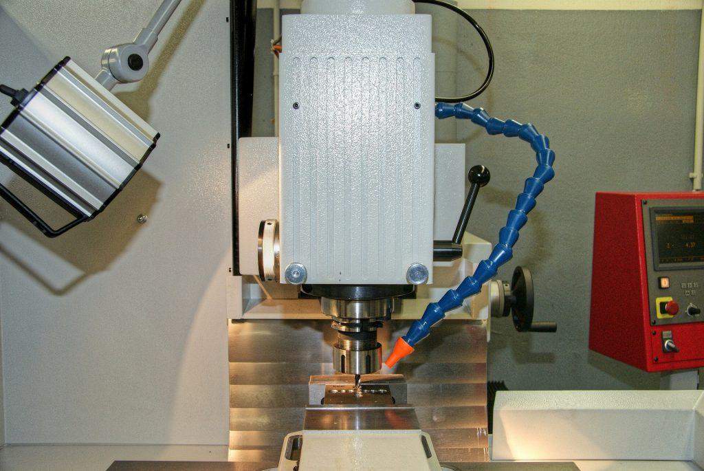 cnc-milling-machine-108584_1920